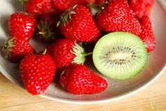 在板材的草莓和猕猴桃 免版税库存图片