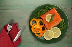 在板材的红色鱼鳟鱼内圆角 免版税库存图片