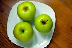 在板材的绿色苹果 库存照片