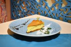 在板材的美好的乳酪蛋糕切片 库存照片