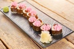 在板材的美妙地装饰的寿司卷 库存图片