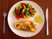 在板材的美妙地装饰的膳食 鱼 菜 免版税库存图片