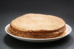 在板材的自创俄式薄煎饼堆在板岩板 图库摄影
