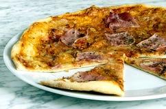 在板材的自创piza 免版税库存照片