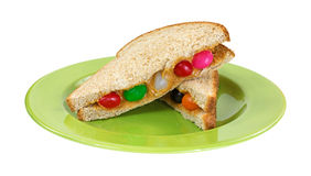 在板材的花生酱和软心豆粒糖三明治 免版税库存图片