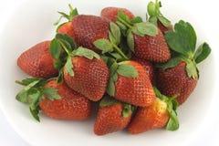 在板材的草莓被隔绝在白色特写镜头 图库摄影