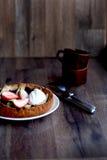 在板材的草莓馅饼 库存图片