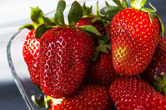在板材的草莓,最美好和最开胃的草莓图片,在白色背景的草莓 库存照片