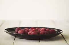 在板材的莓在木背景 库存图片