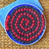 在板材的莓果螺旋 库存图片