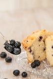 在板材的蓝莓松饼有一匙的蓝莓 库存照片