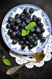 在板材的蓝莓 免版税库存图片