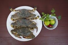 在板材的螃蟹柠檬和香料,在木背景,顶视图 免版税图库摄影