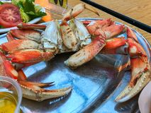 在板材的螃蟹用调味汁 库存图片