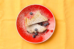 在板材的被充塞的法式多士面包用蓝莓 库存图片