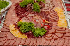 在板材的被分类的冷盘,肉在盘子切开了 库存图片