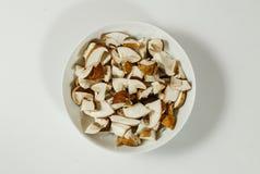 在板材的被切的牛肝菌蕈类可食国王牛肝菌 免版税图库摄影