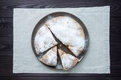 在板材的被切的苹果饼在黑暗的木背景 免版税库存照片