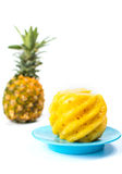 在板材的被剥皮的和切的菠萝 免版税库存图片