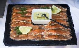 在板材的被安排的熏制鲑鱼 库存照片