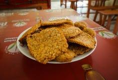 在板材的被油炸的tempeh和土豆油炸馅饼在三宝垄拍的餐馆照片已经服务印度尼西亚 库存照片