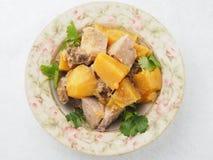 在板材的被炖的白薯在亚洲餐馆 免版税库存照片