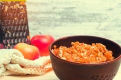 在板材的被磨碎的苹果 铁维生素  金属磨丝器 健康的食物 美满的果子石榴红色种子夏天 新鲜的苹果 免版税库存图片
