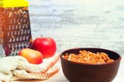 在板材的被磨碎的苹果 铁维生素  金属磨丝器 健康的食物 美满的果子石榴红色种子夏天 新鲜的苹果 免版税图库摄影