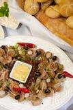 在板材的辣油煎的手抓食物用调味汁 免版税库存照片