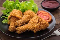 在板材的酥脆炸鸡和垂度调味 库存图片