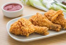 在板材的酥脆炸鸡和垂度调味 库存照片
