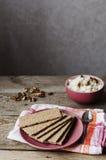 在板材的酥脆面包 库存照片