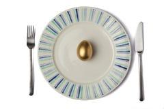 在板材的金黄鸡蛋 免版税库存照片