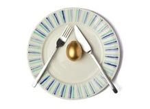 在板材的金黄鸡蛋 免版税库存图片