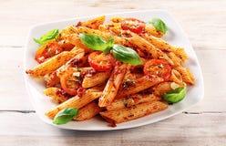 在板材的食家鲜美意大利人Penne面团 免版税库存照片