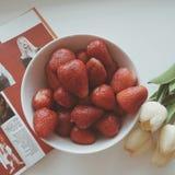 在板材的食物 背景果子查出的草莓白色 免版税库存图片