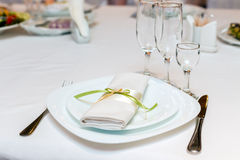 在板材的餐巾在欢乐桌上服务 免版税库存照片