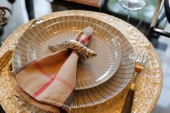 在板材的餐巾 免版税库存图片