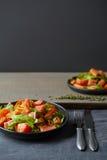 在板材的饮食水果和蔬菜沙拉 免版税库存照片