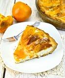 在板材的饼用凝乳和柿子在硅树脂 免版税库存图片