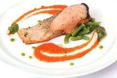 在板材的鲑鱼排用调味汁 免版税库存照片