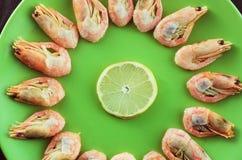 在板材的鲜美大虾 库存图片