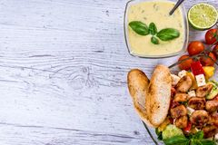 在板材的鲜美希腊沙拉在桌,希腊全国盘放置了 库存图片