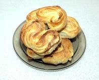 在板材的鲜美被烘烤的小圆面包在桌上在厨房里 免版税库存图片