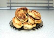 在板材的鲜美被烘烤的小圆面包在桌上在厨房里 库存照片