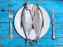 在板材的鲜鱼,桌设置,木背景 库存照片