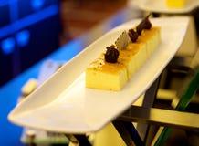 在板材的黄油蛋糕 库存照片