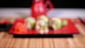 在板材的绿色寿司有筷子和Souce的 影视素材