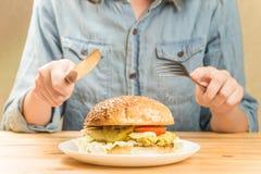 在板材的素食汉堡 免版税图库摄影