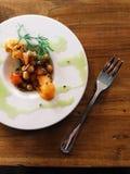 在板材的素食鸡豆开胃菜有橄榄油毛毛雨的 免版税图库摄影